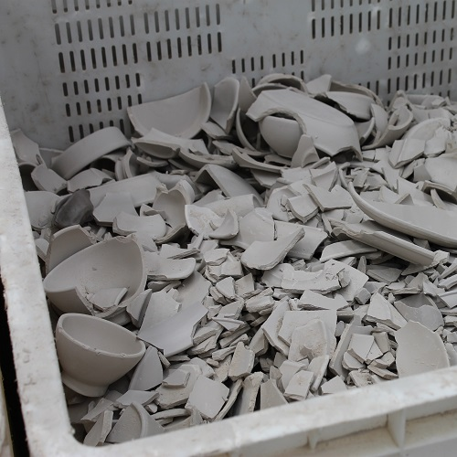 Vaisselle en grès, recyclage des débris de production