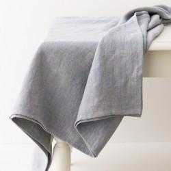 Nappe en lin épais délavé lavande par Charvet Editions.