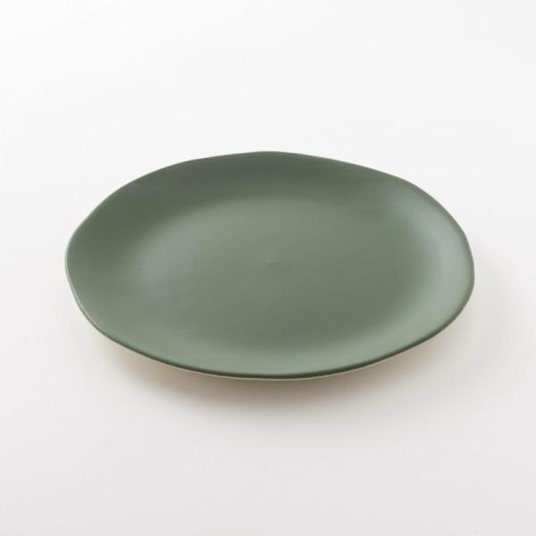 assiette L en grès coloris cresson de chez Jars Céramistes