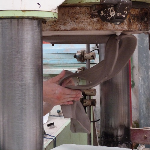 vaisselle en grès, pressage et élimination des surplus