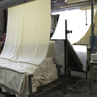 Couverture en pure laine vierge, écru en cours de cardage