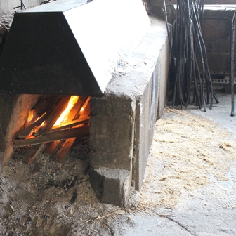 étuve au feu de bois pour la fabrication de fauteuils en châtaignier