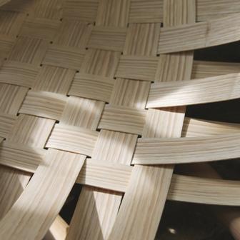 fabrication de fauteuils en châtaignier, le tressage des lamelles
