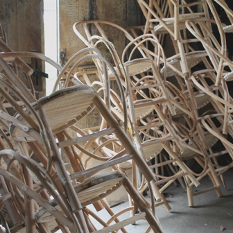 fabrication de fauteuils en châtaignier, pile de carcasses prêtes à tresser