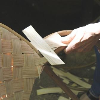 fabrication de fauteuils en châtaignier, pose des lamelles sur l'accoudoir
