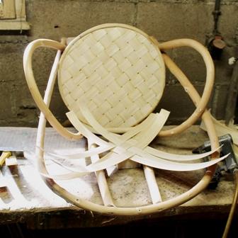 fabrication de fauteuils en châtaignier, pose du tressage en lamelles
