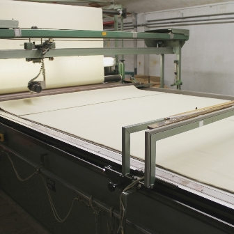 Couverture en pure laine vierge, blanche en cours de découpage