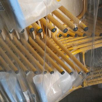 Emballage d'une pile de chaises d'école