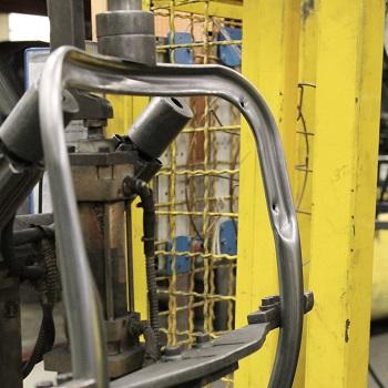 Profilage des tubes d'acier pour la fabrication des chaises d'école.
