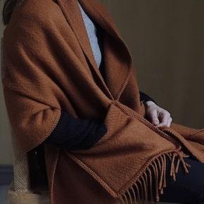 chale en laine terracotta à poches de chez Lapuan Kankurit